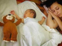 Къде да спи бебето – отделно или при своите родители?